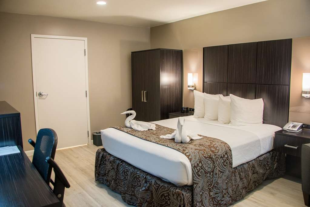 SureStay Plus by Best Western Santa Clara Silicon Valley - Indulge yourself in our warm, welcoming and inviting king mobility accessible room.