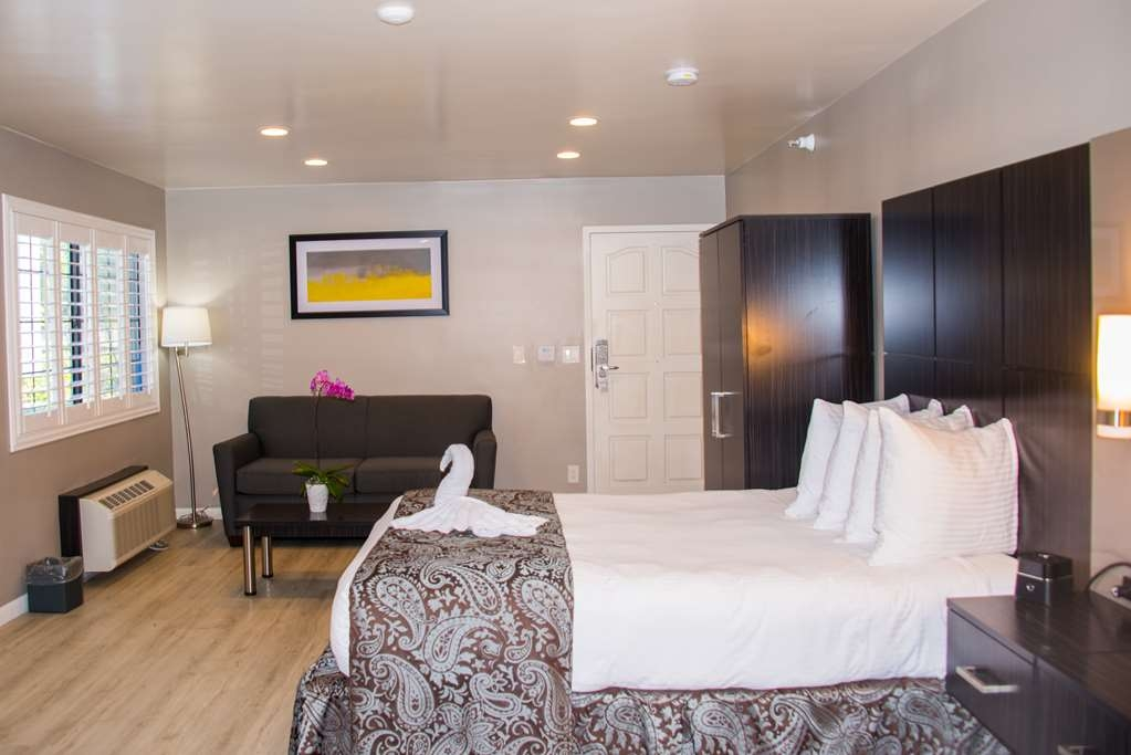 SureStay Plus by Best Western Santa Clara Silicon Valley - This room has all of the amenities a traveler is looking for when away from home including a 49 inch TV, bluetooth media center and free Wifi.