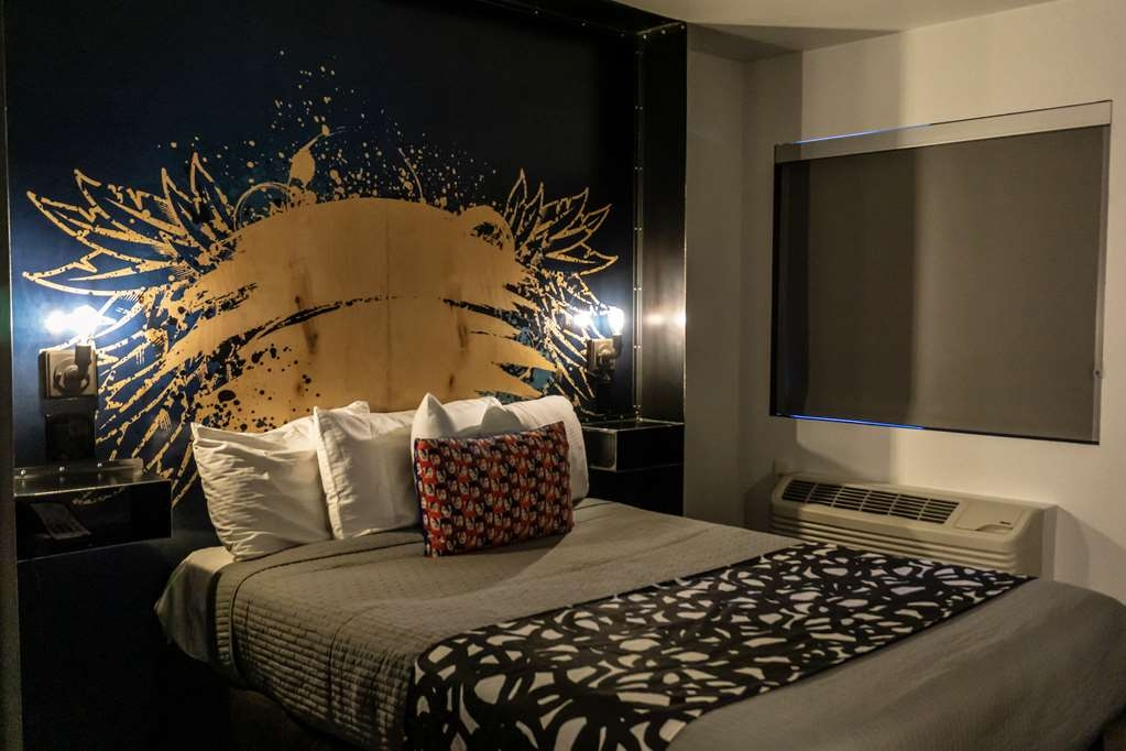 SureStay Hotel by Best Western Phoenix Downtown - Indulge yourself in our warm, welcoming and inviting queen room.