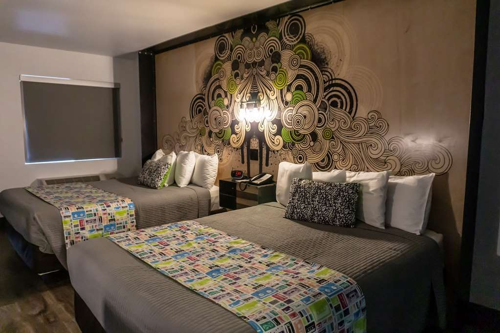 SureStay Hotel by Best Western Phoenix Downtown - We have plenty of room for your party of 4 in this 2 queen bedroom.