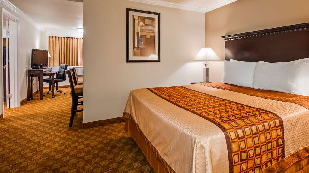 SureStay Plus Hotel by Best Western Lompoc - If your here for an extended stay make a reservation in this queen suite bedroom.
