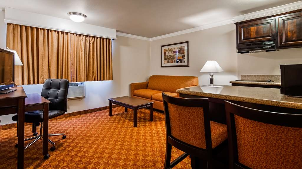 SureStay Plus Hotel by Best Western Lompoc - Not quite ready for bed? Settle in for the evening in the living room area of this queen suite bedroom.