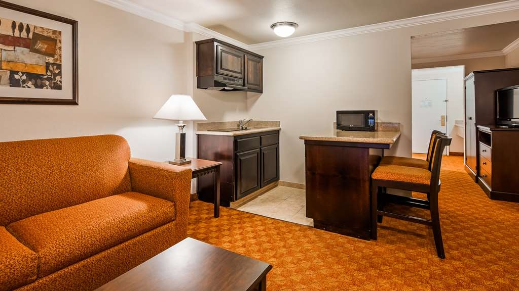 SureStay Plus Hotel by Best Western Lompoc - Stretch out and relax with friends or family in this 2 queens suite bedroom equipped with a kitchenette, separate seating area, sofabed and free WiFi.