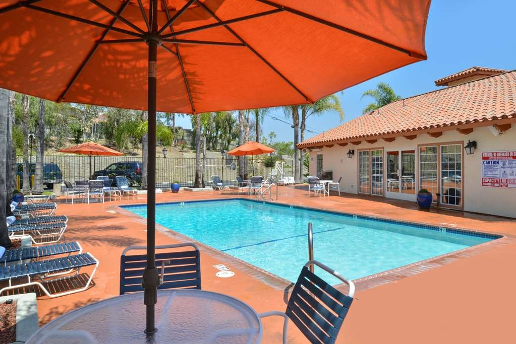 Best Western Capistrano Inn - Relax and spend a sunny afternoon with family or friends lounging here!