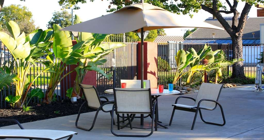 Best Western Plus Garden Court Inn - Take a seat and enjoy the outdoors