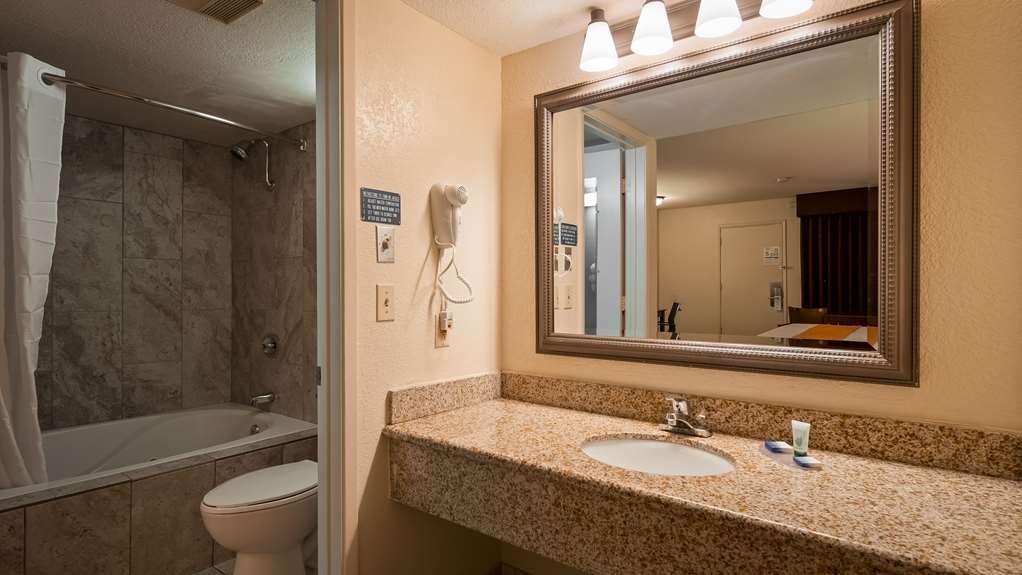 Best Western Roseville Inn - Guest Bathroom