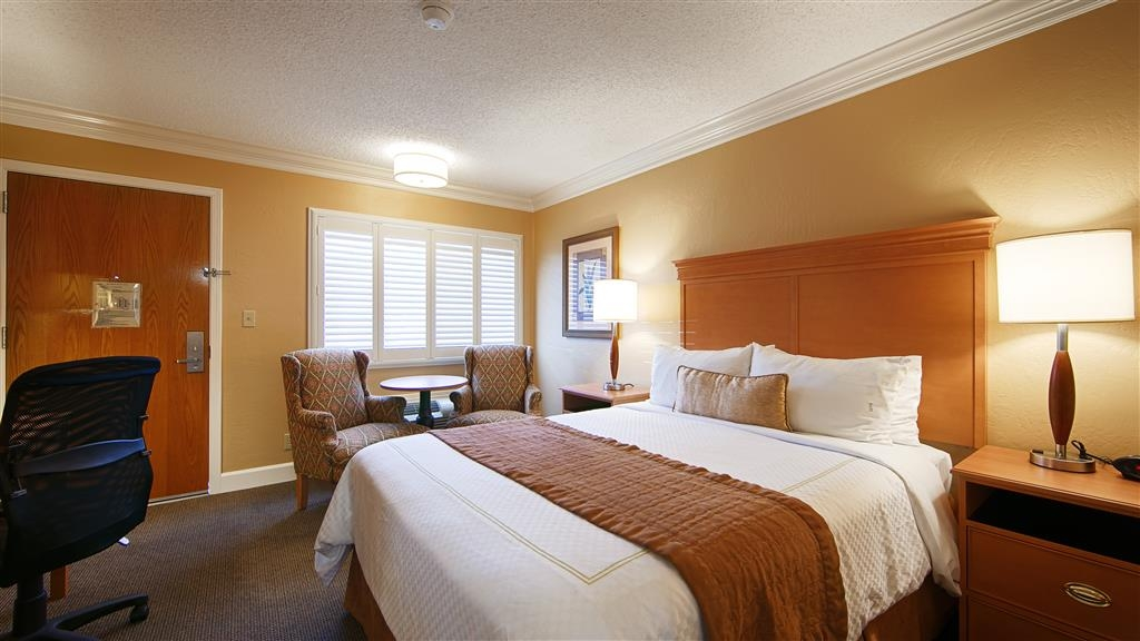 Best Western Plus El Rancho Inn - Our queen guest rooms feature deluxe bedding, free wireless internet, 37-inch LCD TV with HBO®, in room coffee, and mini refrigerator.
