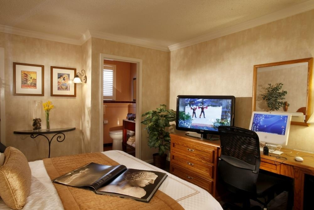 Best Western Plus El Rancho Inn - Pull back the covers in our king guest rooms, hop in and catch your favorite TV show.