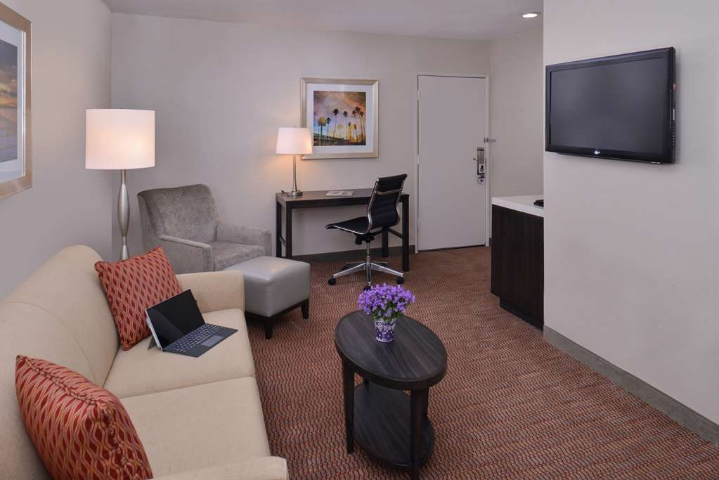 Best Western Royal Palace Inn & Suites - At the end of a long day, relax in our clean, fresh One Queen Suite