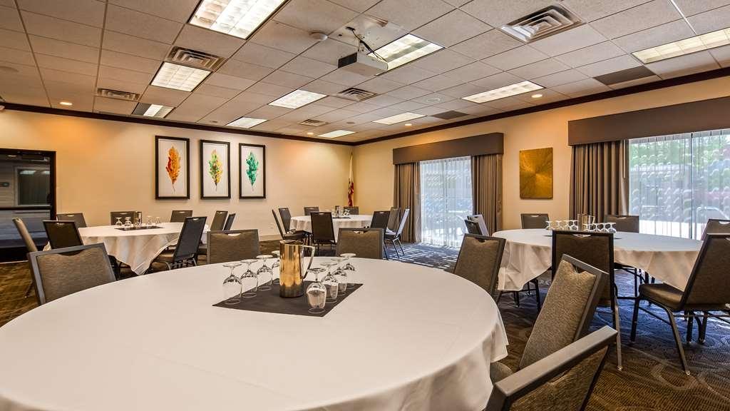 Best Western Plus Hilltop Inn - Sala de reuniones