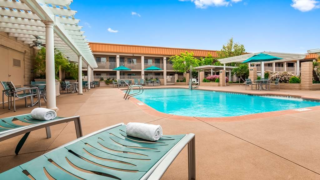 Best Western Plus Hilltop Inn - Piscina