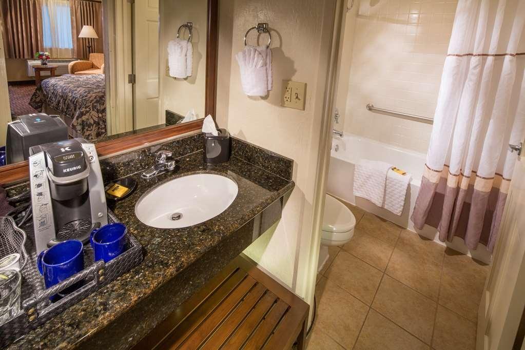 Best Western Plus Hilltop Inn - Baño