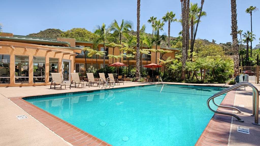 Best Western Seven Seas - Heated outdoor pool with seasonal poolside bar service.
