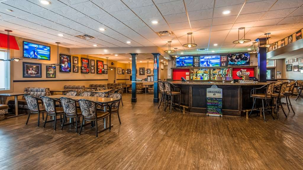 SureStay Plus Hotel by Best Western Seven Oaks - Watch the game and enjoy a beverage at our onsite Ricky's All Day Grill Lounge.