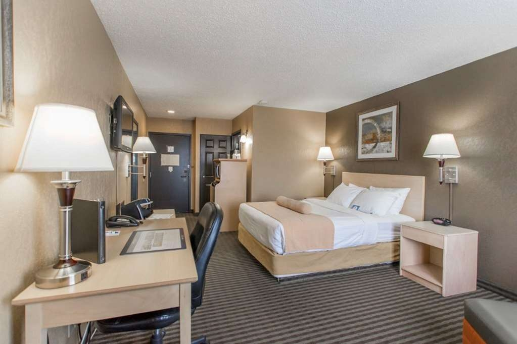 SureStay Plus Hotel by Best Western Seven Oaks - Get comfortable in this queen bedroom and relax the day away.