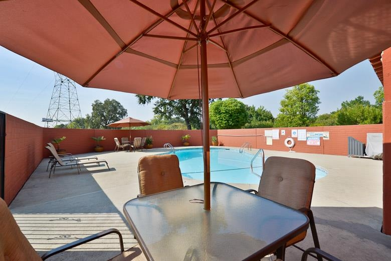 Best Western Anderson Inn - Whether you want to relax poolside or take a dip, our outdoor pool area is the perfect area to unwind.