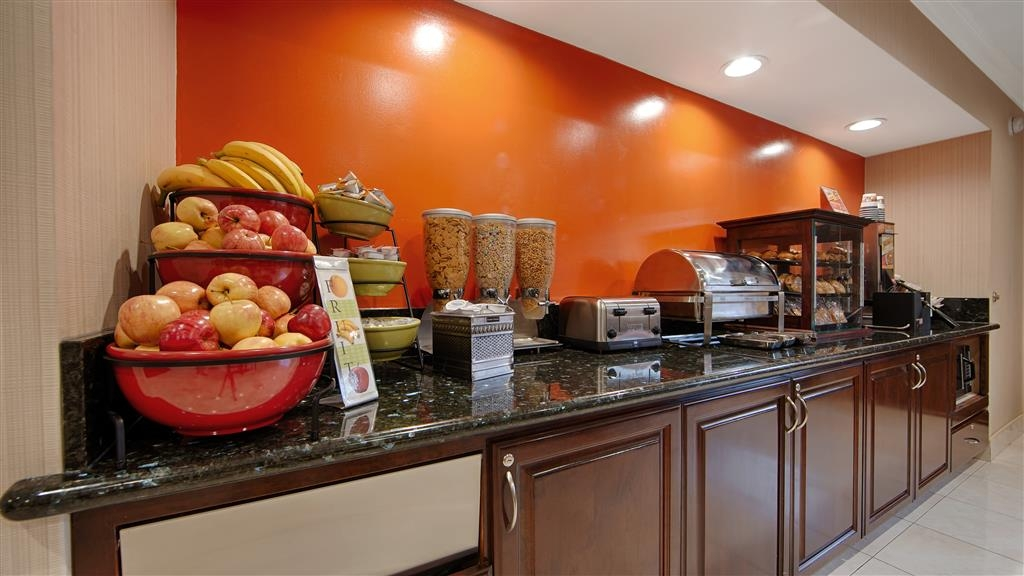 Best Western Pasadena Inn - Enjoy a balanced and delicious breakfast with choices for everyone.