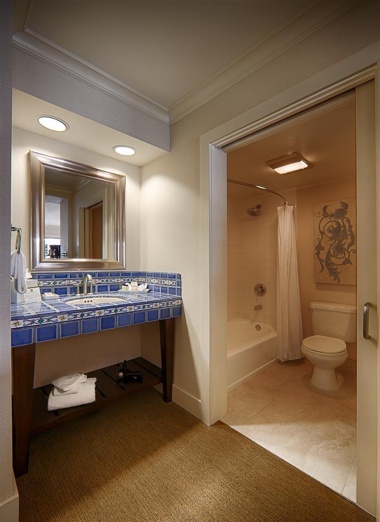 Best Western Plus Island Palms Hotel & Marina - Casa Del Mar Guest Bathroom