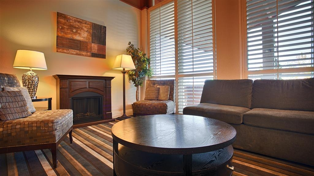 Best Western Valencia Inn - Relax by the fire after a long day of being on your feet.