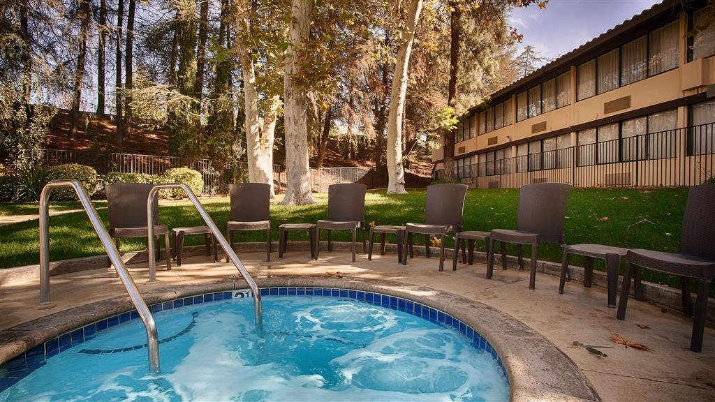 Best Western Valencia Inn - Our outdoor space also features a whirlpool, picnic area and BBQ area.