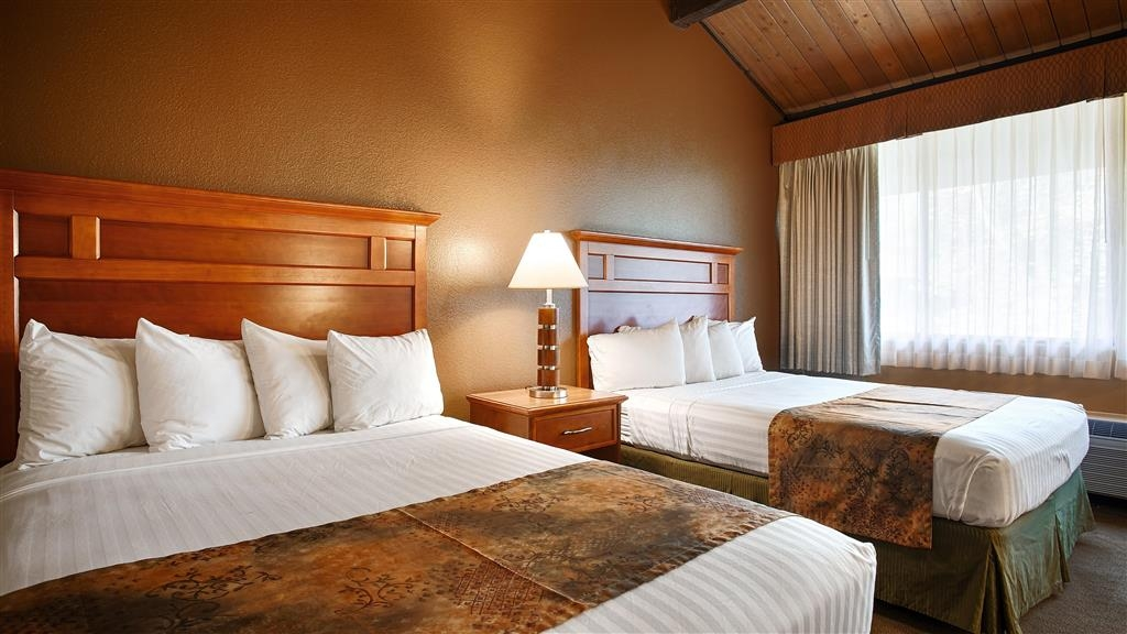 Best Western Valencia Inn - The two queen bed guest room can comfortably sleep up to four guests.