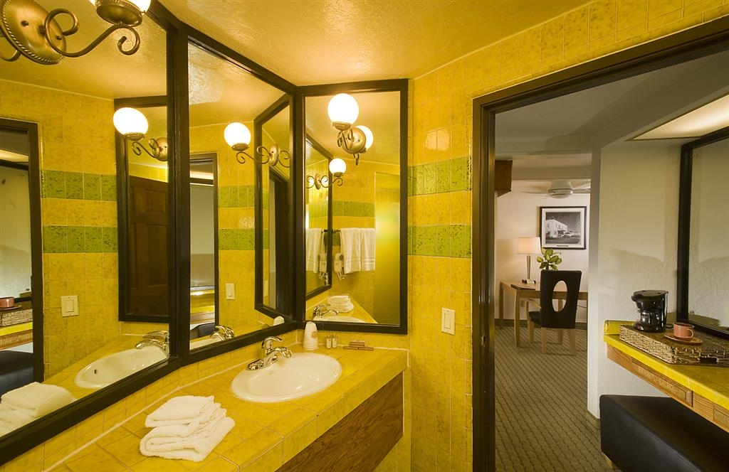 Best Western Pine Tree Motel - Guest Bathroom