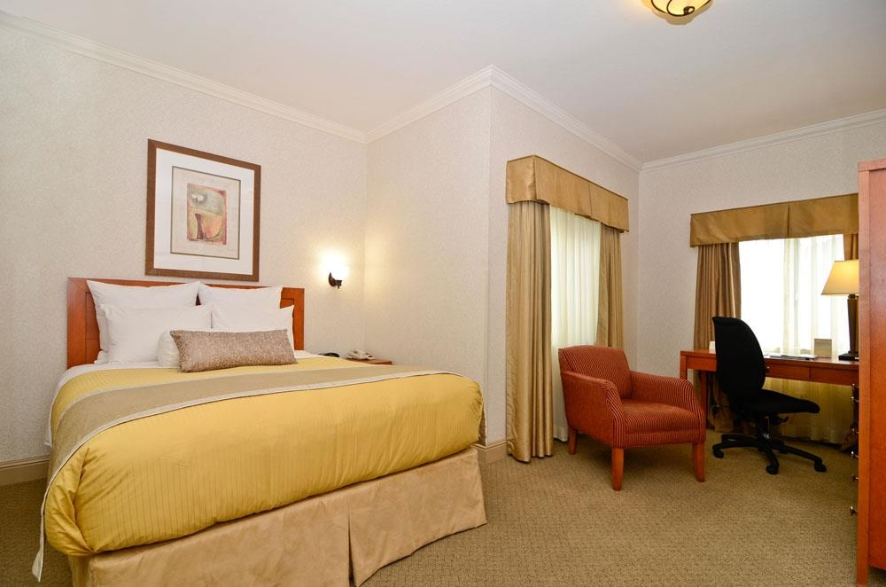 Best Western De Anza Inn - Sleep the night away in our comfortable, single queen guest room, equipped with both a microwave and refrigerator for your convenience.