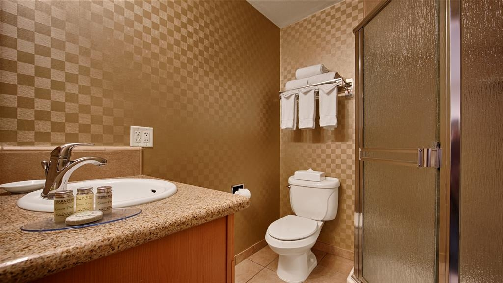 Best Western De Anza Inn - The family suite features two bathrooms, one with a shower the other with a bathtub.