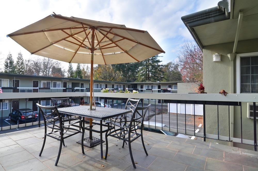 Best Western University Lodge - Relax on our centrally located patio.