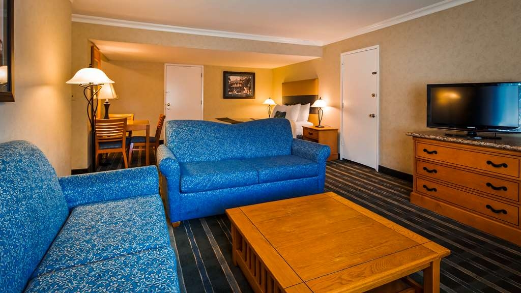 Best Western University Lodge - Living Room in Suite with Two Queen Beds