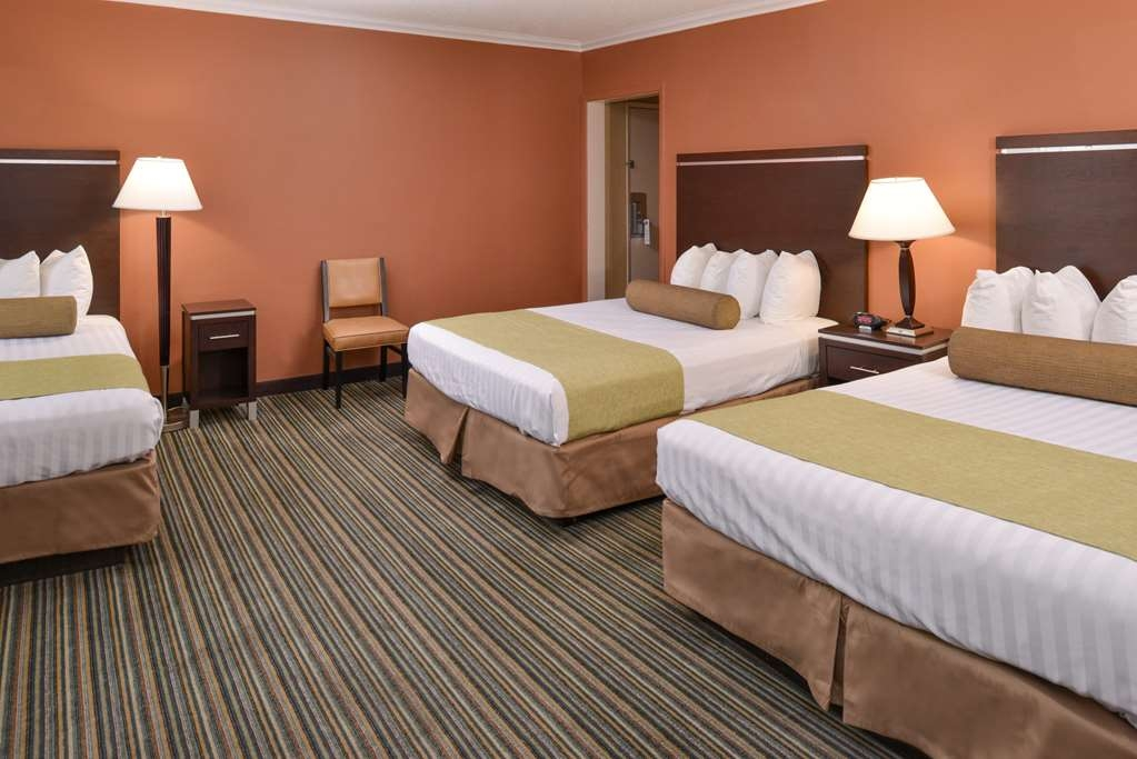 Best Western Courtesy Inn - Upgrade yourself to our three bed guest room for added comfort during your stay.