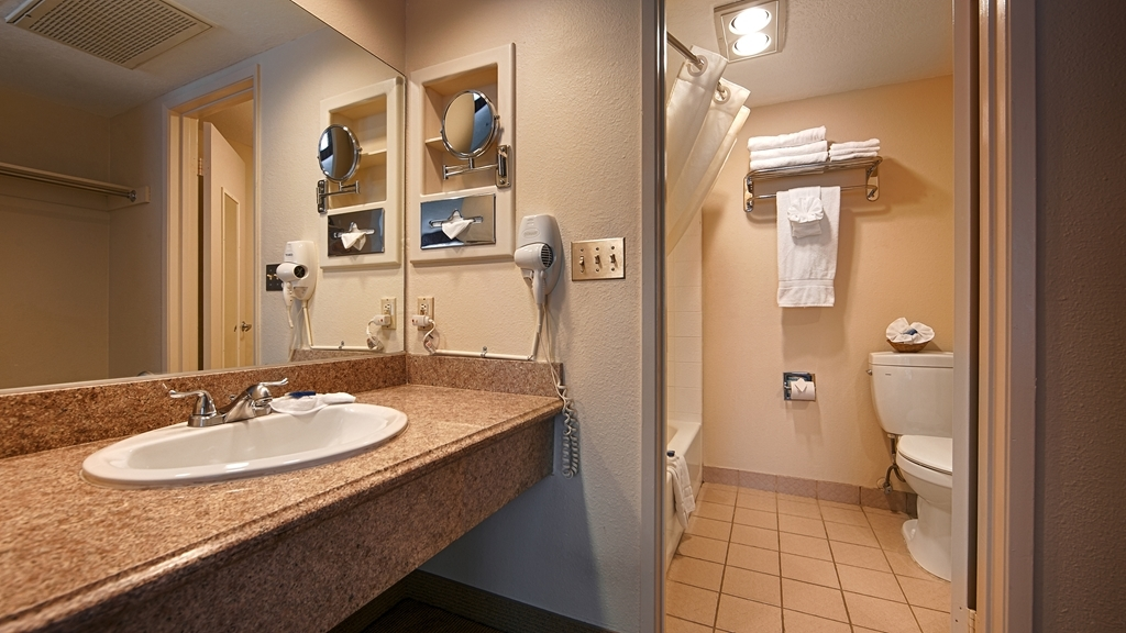 Best Western Westminster Inn - Guest Bathroom
