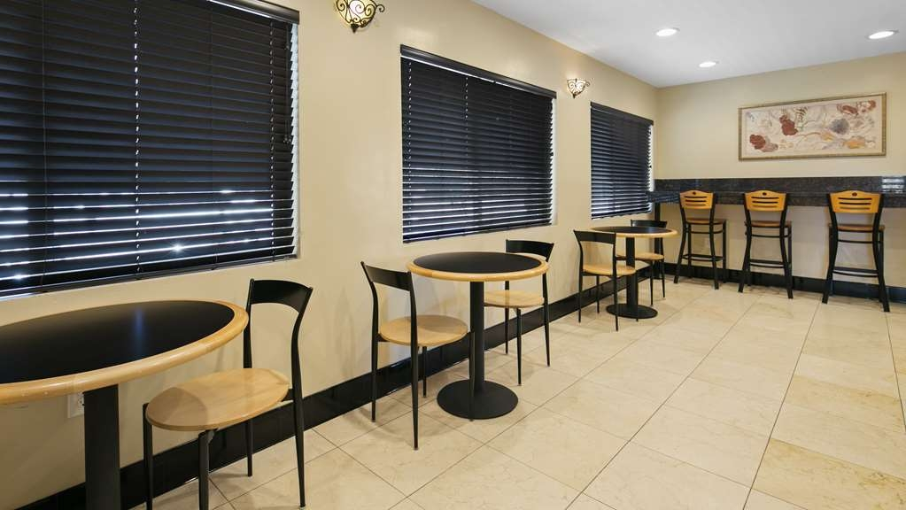 Best Western Westminster Inn - Enjoy your breakfast in this relaxed ambiance.