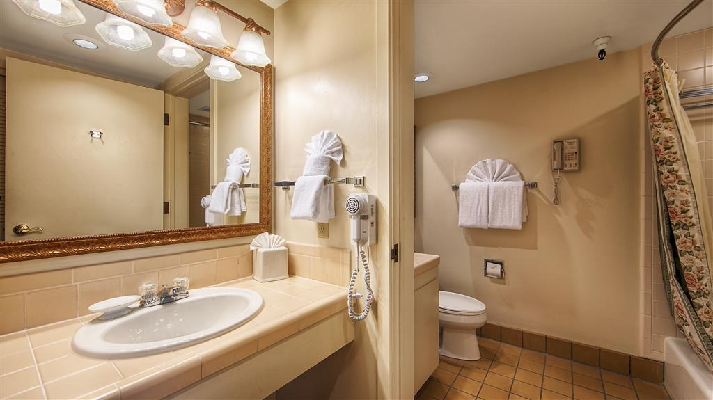 Best Western Plus Victorian Inn - Enjoy getting ready for a day of adventure in this fully equipped guest bathroom.
