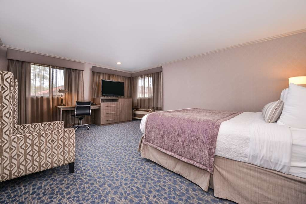 Best Western Inn - Upgrade yourself to the king suite, one of the best rooms in the hotel! This room includes a jetted tub, wet bar, microwave and refrigerator.