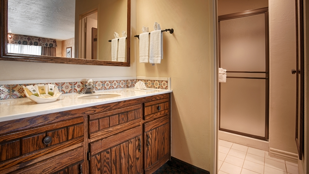 Best Western Casa Grande Inn - Enjoy getting ready in our Guest Bathrooms