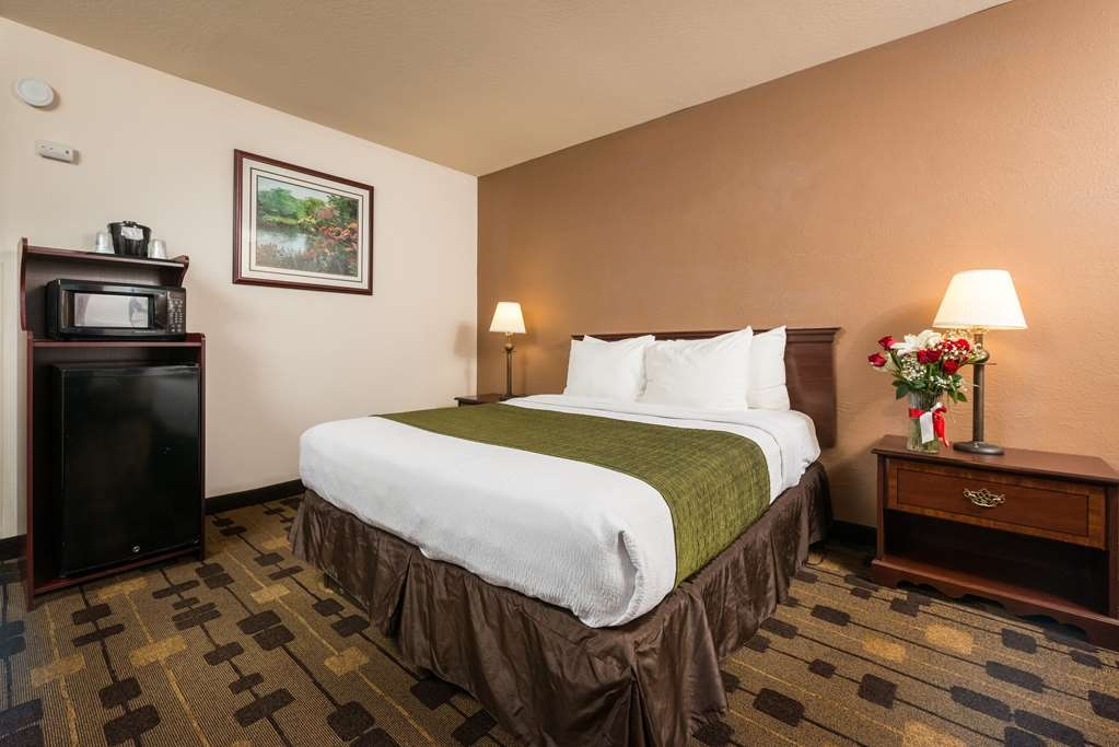Best Western Amador Inn - Indulge yourself in our warm, welcoming and inviting Queen Guest Room.
