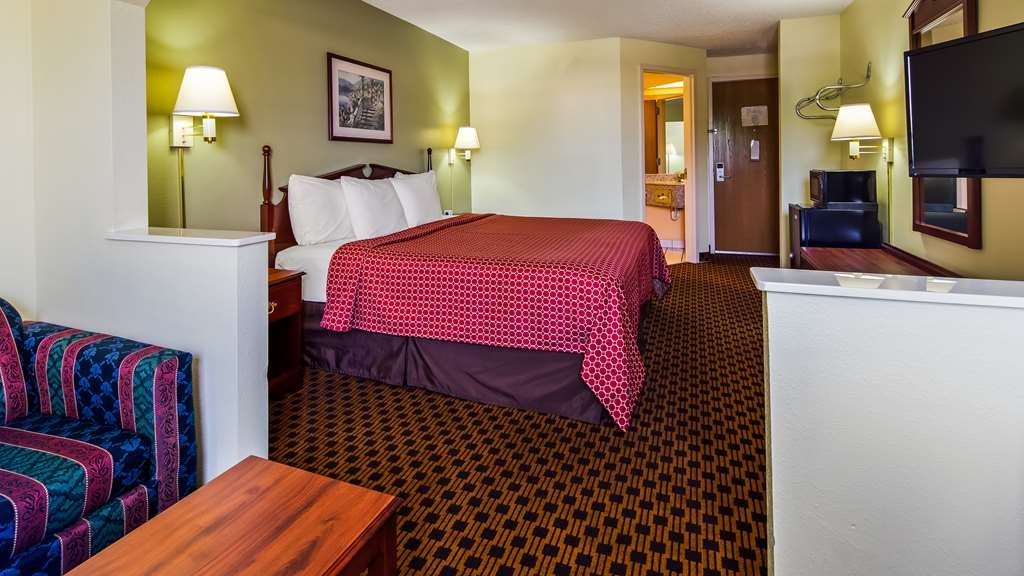SureStay Plus Hotel by Best Western Chattanooga - Designed for corporate and leisure travelers alike. Make a reservation in this king room with a sofabed.