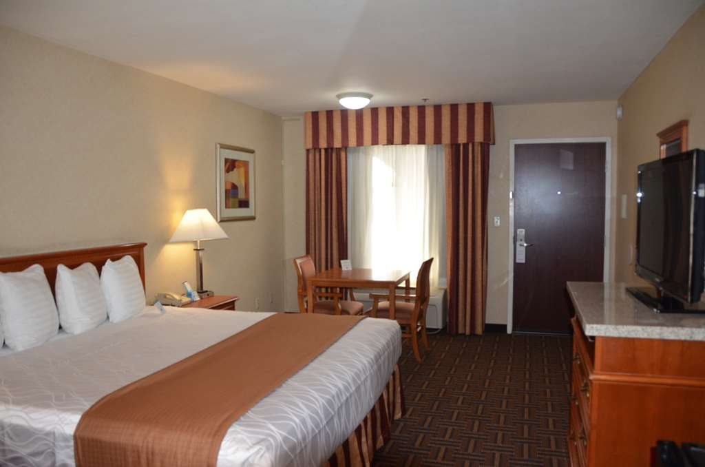 Best Western Norwalk Inn - Chambre avec un lit king size.