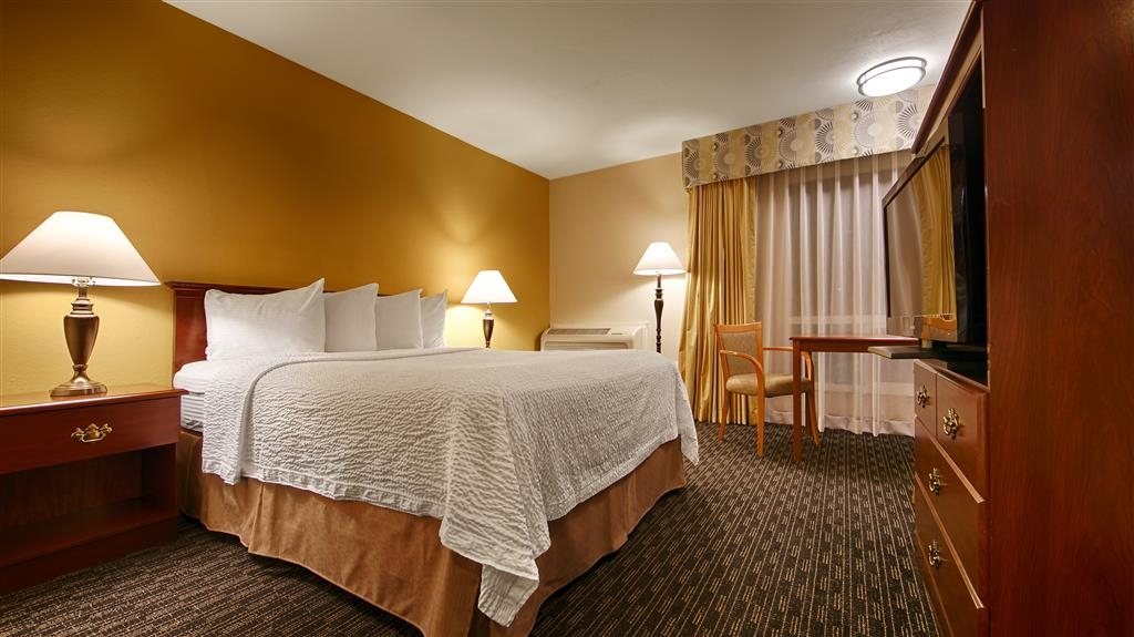 Best Western Village Inn - At the end of a long day, relax in our clean, fresh, Queen Guest Room