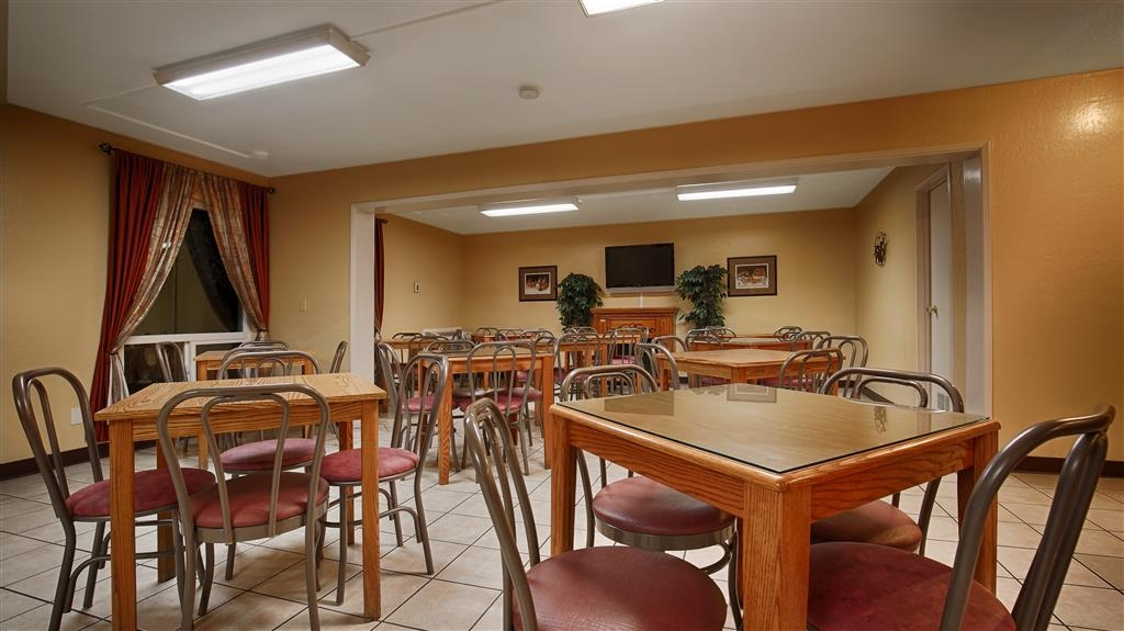 Best Western Village Inn - Enjoy a free meal in our Breakfast Area
