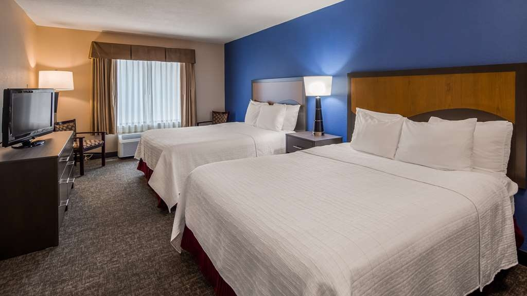 SureStay Plus Hotel by Best Western Houston Medical Center - There's plenty of space in our 2 queen suite for sleeping, eating and working.