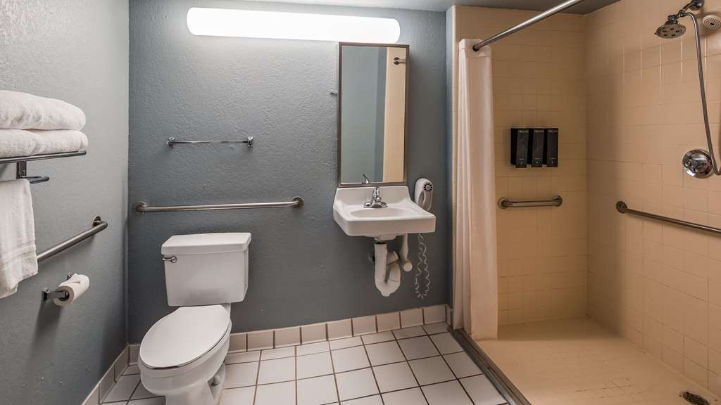 SureStay Plus Hotel by Best Western Houston Medical Center - We designed our mobility accessible bathroom for easy access.