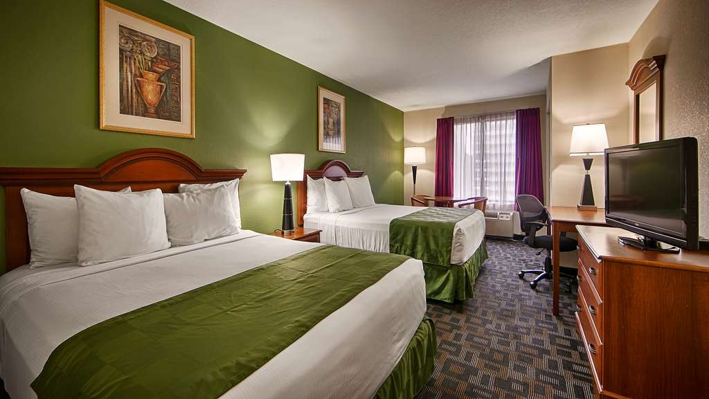 SureStay Plus Hotel by Best Western Houston Medical Center - Our 2 queen bedrooms are equipped with a microwave and refrigerator.