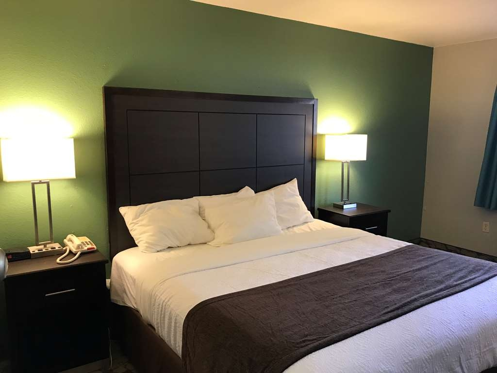 SureStay Plus Hotel by Best Western Bettendorf - This king mobility accessible room offers a microwave and refrigerator.