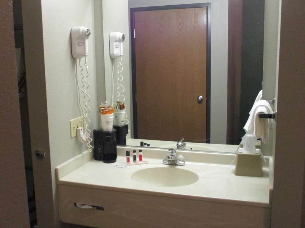 SureStay Plus Hotel by Best Western Bettendorf - Enjoy getting ready for the day in our fully equipped guest bathrooms.