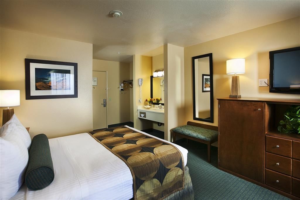 Best Western Gardens Hotel at Joshua Tree National Park - New contemporary furnishings in our Standard Queen Guest Room will make your stay enjoyable.