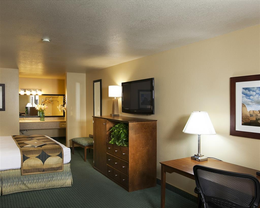 Best Western Gardens Hotel at Joshua Tree National Park - Our spacious deluxe king guest room features new furniture, linens and a flat screen television.