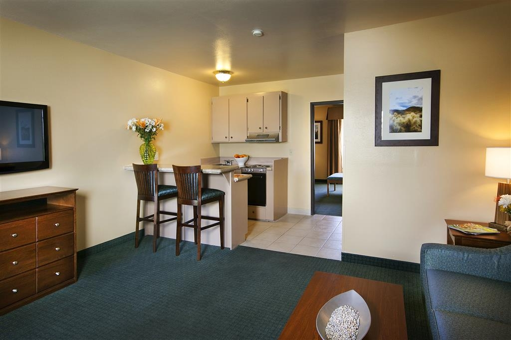Best Western Gardens Hotel at Joshua Tree National Park - Our fully equipped kitchenettes include granite countertops, microwave, stove and refrigerator.