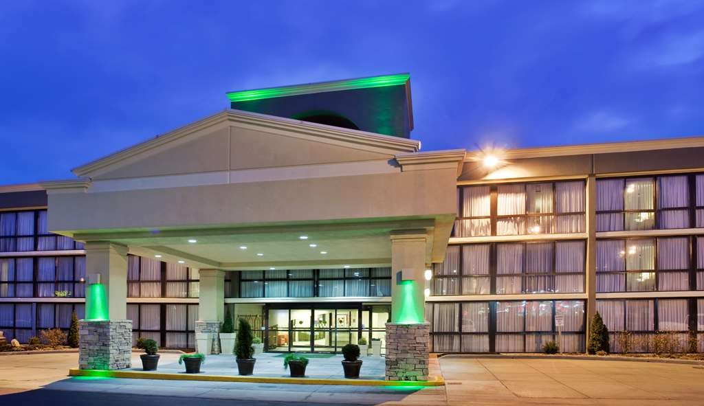 SureStay Plus Hotel by Best Western Kansas City Northeast - Façade